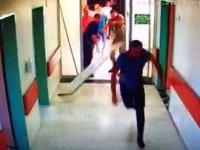 Ölüm haberini veren asistan doktora yoğun bakım kapısını kırıp saldırdılar