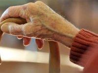 80 yaşındaki annesini bakanlığın kapısına bırakıp kaçtı