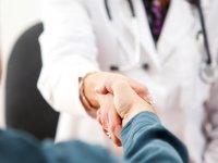 Doktorla tartışan esnaf, acil servisteki sağlık çalışanlarına önlük hediye ederek uzlaştı