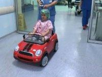 Çocuklar ameliyata oyuncak araba ile götürülüyor