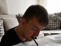 Kalemi ağzıyla tuttu, kitabı diliyle çevirdi! O artık mühendis