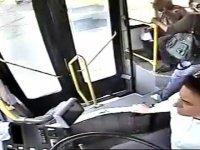 Kadın sürücü kalp krizi geçiren yolcuyu kurtardı