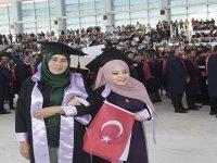 Sırtında taşıdığı kızını üniversite mezunu yaptı