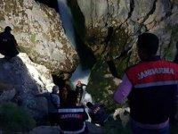 Selfie çekmek için kayalıklara çıkıp dereye düşen genç kayboldu