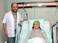 Hekim önce ameliyat ederek daha sonra kan vererek hastasının hayatını kurtardı