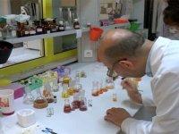Profesör, hayatını ekran kimyasallarının üretimine adadı