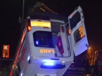 Ağrı'da hasta taşıyan ambulansla otomobil çarpıştı: 1 ölü, 9 yaralı
