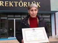50 yaşındaki görme engelli Süheyla'nın diploma sevinci