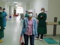 Bursa'da koronavirüs tedavisi tamamlanan hemşire alkışlarla taburcu edildi