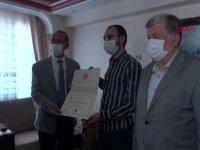 Rektör, lösemi hastası Ahmet'in diplomasını evine götürdü