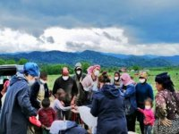 Sakarya'da sağlık çalışanları, mevsimlik işçilerin çocuklarını hediyelerle sevindirdi
