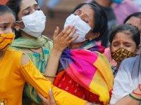 Hindistan'da Kovid-19 salgınında son 24 saatte 2 bin 677 kişi öldü