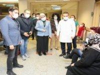 İzmir İl Sağlık Müdürü Öztop, Karşıyaka'da aşı uygulamalarını denetledi