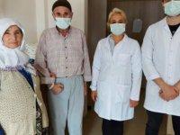 Felç geçiren yaşlı adam hastanede yürümeye başladı