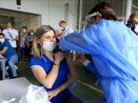 Kilis'te kent meydanında kurulan çadırda da vatandaşlara Kovid-19 aşısı yapılıyor