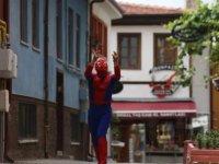 """Eskişehirli """"Örümcek Adam"""" farkındalık oluşturmak için kostümüyle gittiği merkezde Kovid-19 aşısı oldu"""