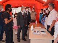 Kırşehir Valisi Akın, kent meydanında kurulan stantta aşı olanlara çikolata dağıttı