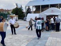 Kırşehir'de taraftar grubundan aşı uygulamasına davul zurnalı destek