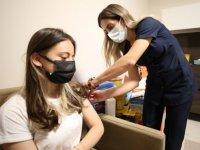 Eda hemşire hastalığına rağmen aşılama çalışmalarına gönüllü katılıyor