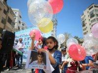 Gazzeli çocuklar İsrail saldırılarında yaşamını yitiren arkadaşlarını gökyüzüne balon bırakarak andı