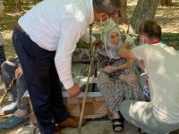Elazığ'da 101 yaşındaki Nezaket nineye talebi üzerine ikinci doz Kovid-19 aşısı yapıldı