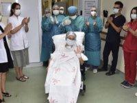 Muğla'da Kovid-19'u yenen 60 yaşındaki hasta  alkışlarla taburcu edildi