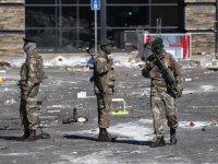 Güney Afrika'da şiddet olaylarının yaşandığı bölgelerde Kovid-19 aşılamaları durduruldu