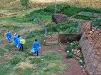 Sağlık görevlileri kırsaldaki engelli ve yaşlılara Kovid-19 aşısı yapmak için kapı kapı geziyor