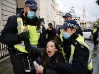 İngiltere'de Kovid-19 aşısı ve karantina karşıtlarının gösterisine polis müdahale etti