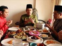 Malezya'da Müslümanlar ailelerinden uzakta kalmalarına rağmen bayram geleneklerini sürdürüyor