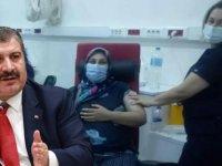 Sağlık Bakanı Koca, sosyal medya hesabından annesini aşı olmaya ikna eden genç kızın hikayesini paylaştı