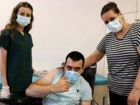 Edirne'de ailesiyle aşı olan engelli genç sevinç yaşadı