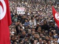 Tunus'ta yüzlerce kişi hükümetin istifasını ve meclisin feshedilmesini istedi