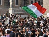 """İtalya'da Kovid-19 önlemleri kapsamında çıkarılacak """"Yeşil Geçiş"""" belgesi protesto edildi"""