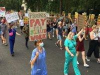 İngiltere'de sağlık çalışanları hükümetin yüzde 3 maaş zammı teklifini protesto etti