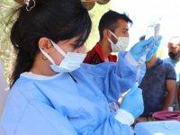 Siirt'te sağlık ekiplerini köyde gören vatandaşlar aşı olmak için kuyruk oluşturdu