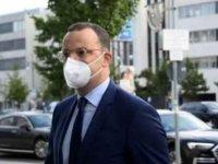 Almanya Sağlık Bakanı Spahn'ın aracına yumurta atıldı