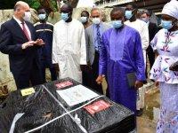Türkiye'nin gönderdiği 12 tonluk tıbbı malzeme, Senegal Sağlık Bakanı Sarr'a teslim edildi