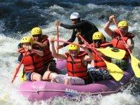 Rize'de rafting yaparken akıntıya kapılan genç kızı jandarma kurtardı