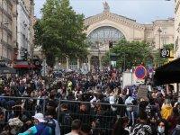 Fransa'da Kovid-19 aşısı zorunluluğu getirilmesine karşı gösteri yapanlara bir grup sopalarla saldırdı