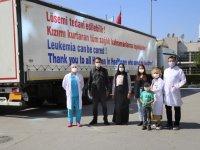 Lösemi hastası kızını tedavi eden doktorlara tırına astırdığı afişle teşekkür etti