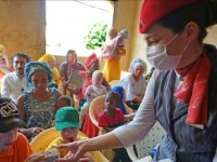 """THY ekibi, Afrika'da güneş kremiyle """"hayat kurtarıyor"""""""