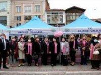 Edirne'de meme kanserine dikkati çekmek için pembe maske ve oyalı fular dağıtıldı