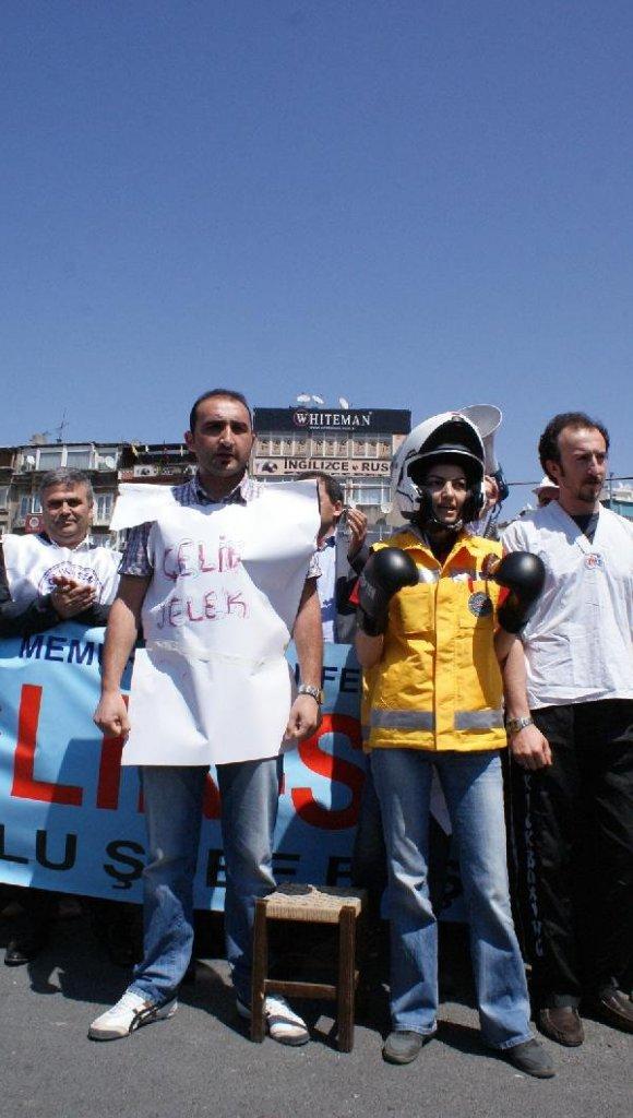 SAĞLIK ÇALIŞANLARI UĞRADIKLARI ŞİDDETİ TİYATRO GÖSTERİSİYLE  PROTESTO ETTİ.