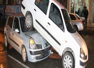 Otomobil aracın altına girdi